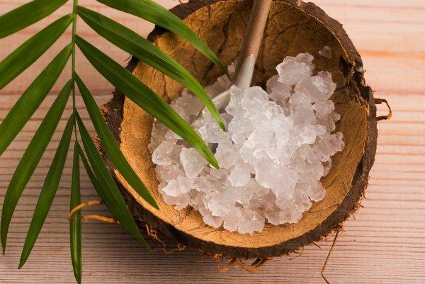 Wasserkefirkristalle in einer Holzschüssel, liegend auf einem Holztisch