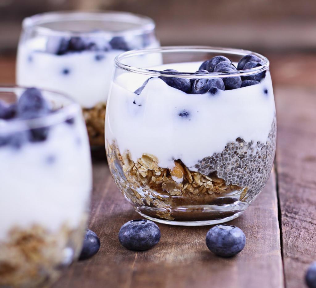 Joghurt mit Heidelbeeren und Granola