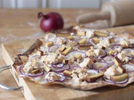 veganer Flammkuchen mit Cashew-Frischkäse und Sauerteigboden