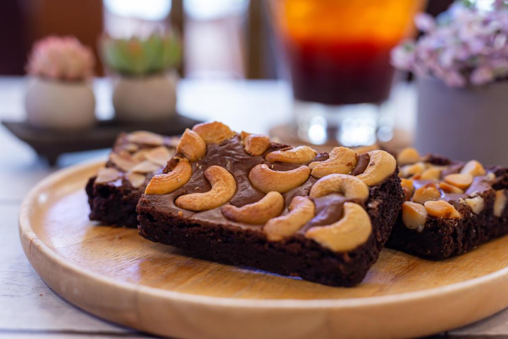 Vegane, glutenfreie und präbiotische Schokoladen-Brownies mit Cashews